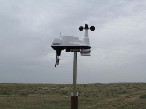 Переносная метеостанция Davis Vantage 6250 на стандартной высоте, установленная на оз. Камыстыбас для сбора метеоданных.