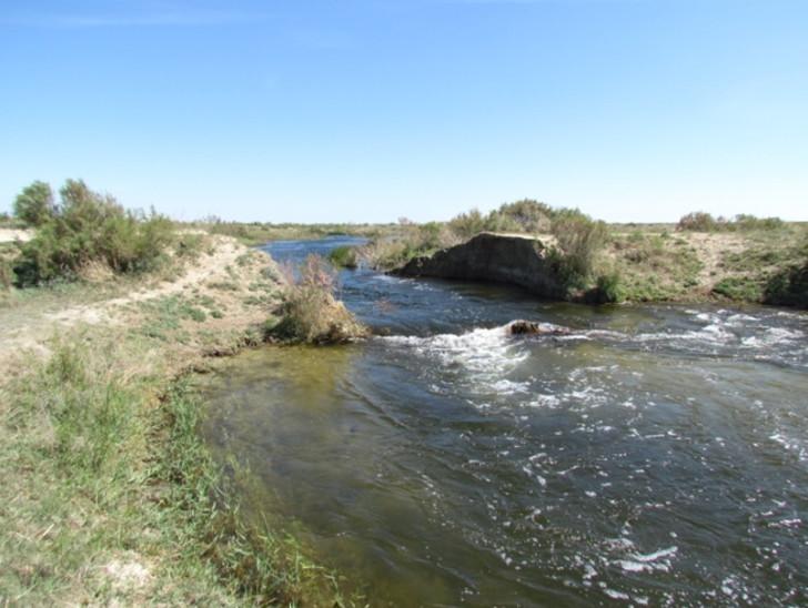 Весенний размыв моста на канале Акшагыз питающего озеро Акшатау