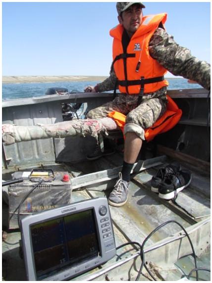 Управление моторной лодкой во время батиметрической съемки оз. Камыстыбас