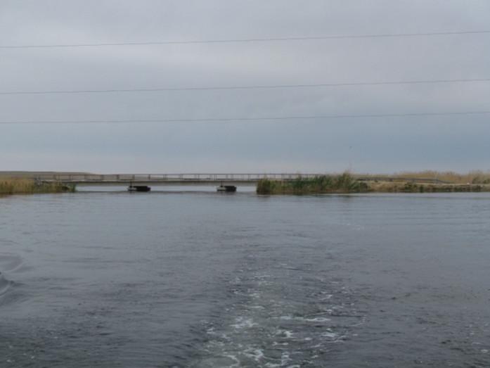 Протока Карабогет с автомобильным мостом областного значения (трасса п. Камыстыбас – п. Боген) питающего озеро Камыстыбас.