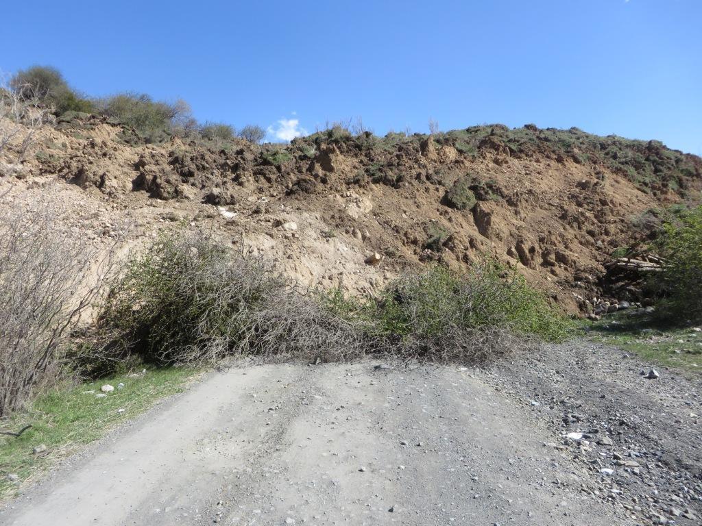 Передния фронт оползня, заваливший дорогу на Колсайские озера