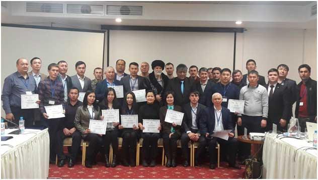 Участники тренинга после получения сертификатов