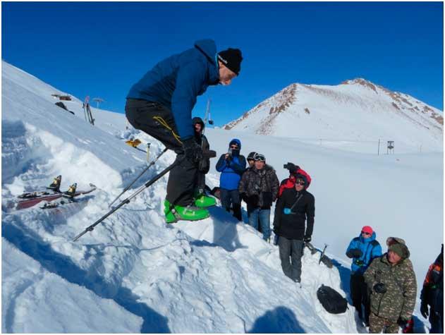 Марк Шайер демонстрирует тест на устойчивость снежного покрова